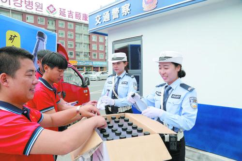 교통경찰에 생수 지원