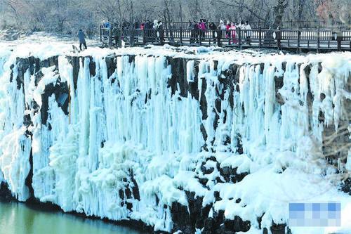 경박호의 아름다운 얼음폭포