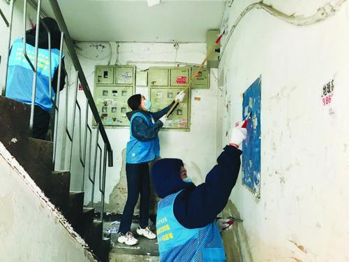 자원봉사자들 환경미화 작업