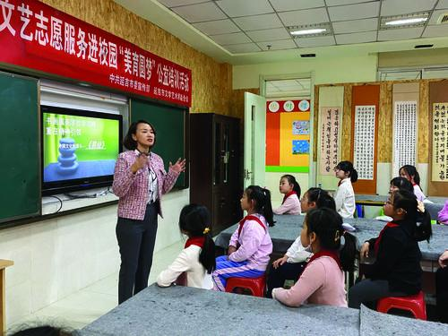 """""""연길시 '붉은 진달래' 문예지원봉사 캠퍼스로"""" 활동 중앙소학교서 펼쳐져"""